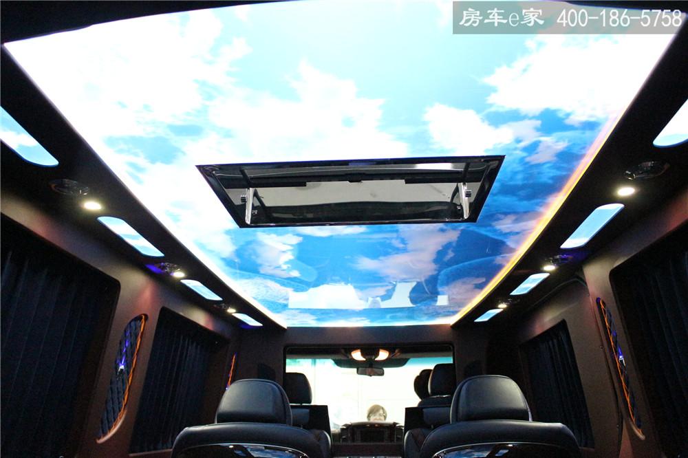奔驰 v-class七座蓝天白云