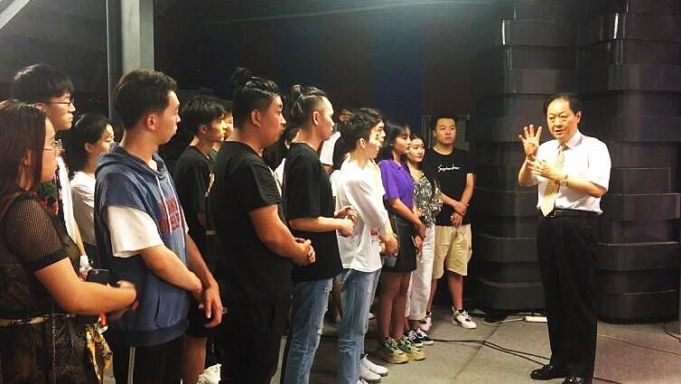 """中華衛視黃阿原主席接見我院""""精英杯""""主持人大賽12強選手"""