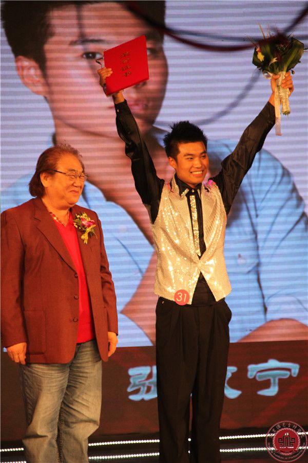 张孝宁(右)获北京怀柔影视新星大赛最佳男演员