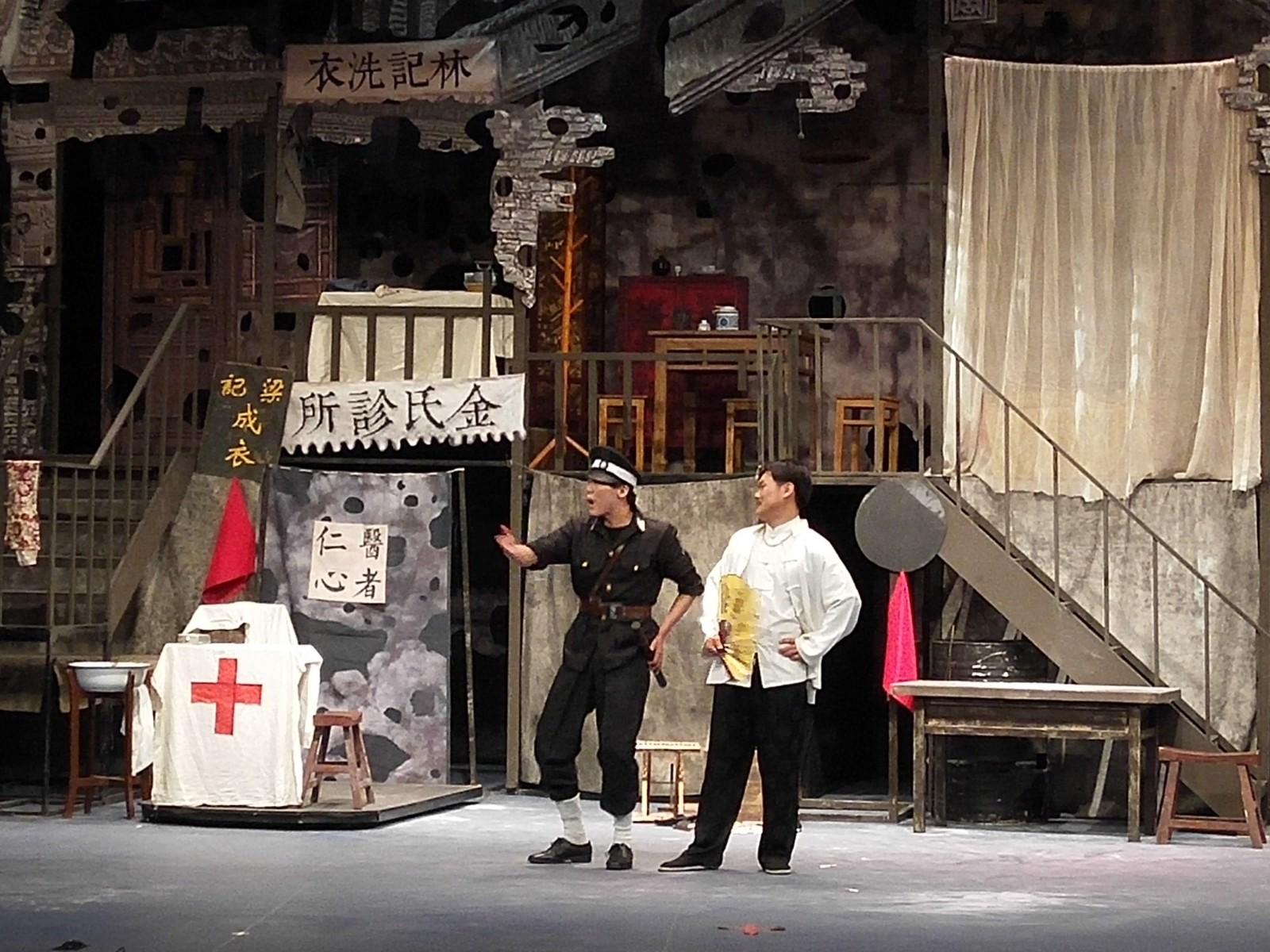 14级毕业大戏《七十二家房客》在北演剧场隆重上演