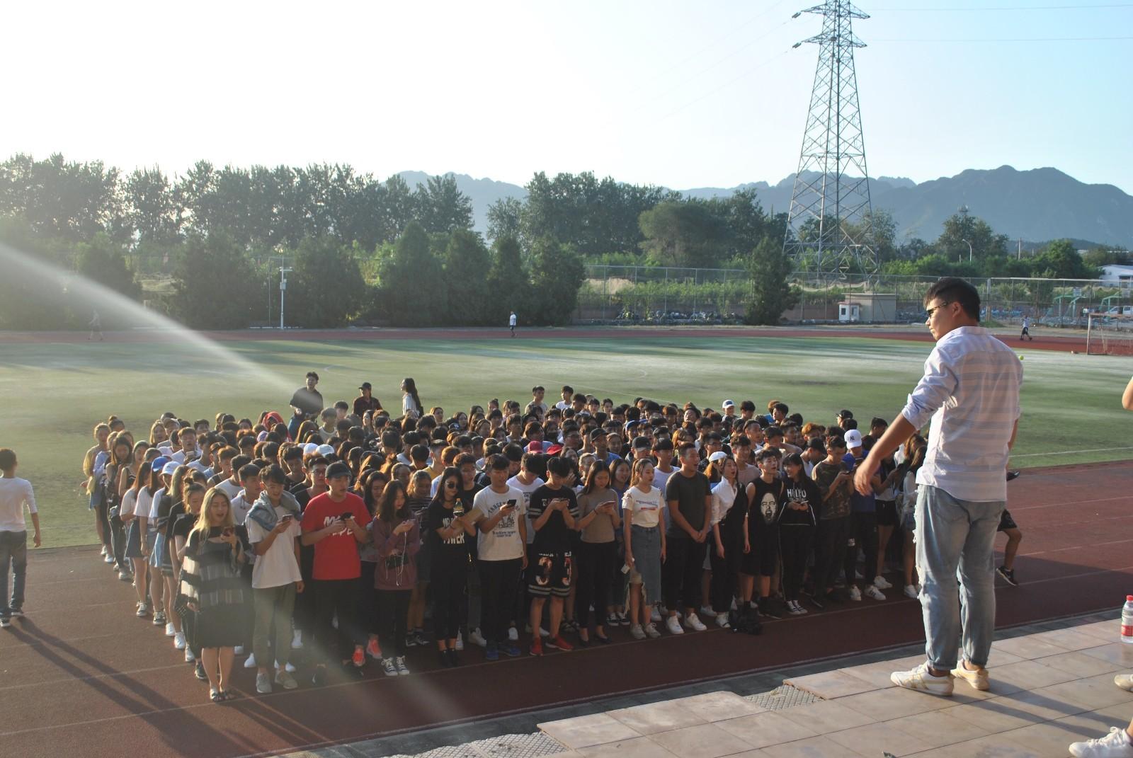 17级新生在辅导员和学生会组织下排练合唱