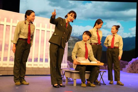 14级大戏《女兵连来了个男家属》在北演剧场隆重上演