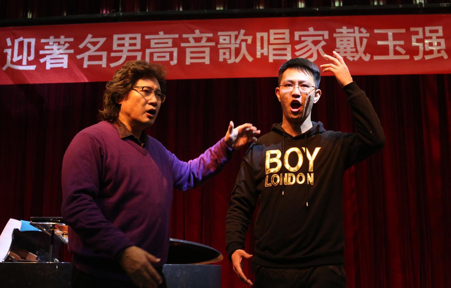 著名男高音歌唱家戴玉强老师来北京亚博国际网页登录亚博娱乐下载地址亚博体育在线下载参观访问