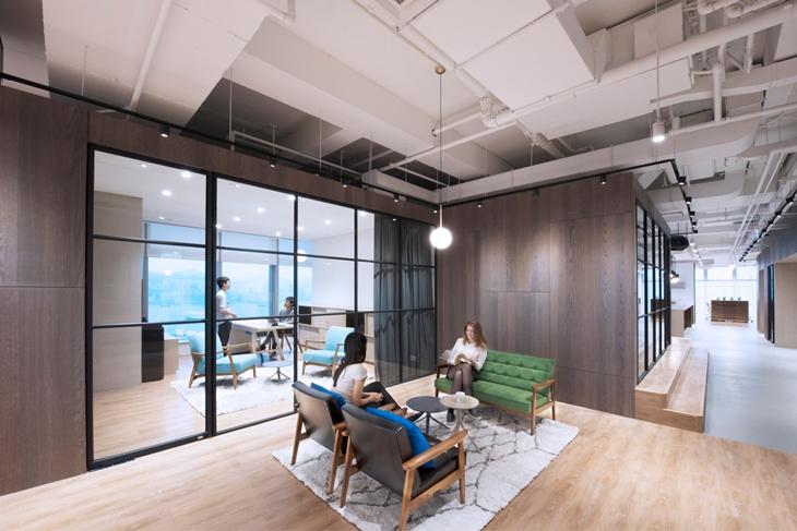 办公室颜色做的暗,用几把沙发椅就搞定了!