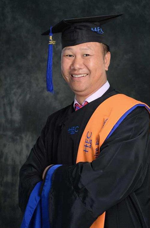 上海国大建设集团有限公司董事长陈贤信参加了6月8日在法国巴黎HEC商学院举行的EMAB毕业典礼。