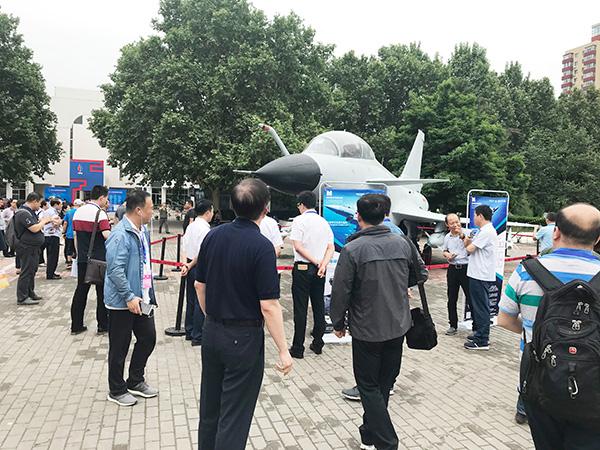 航誉科技携1:1歼-10S战斗机模型亮相第21届北京科博会