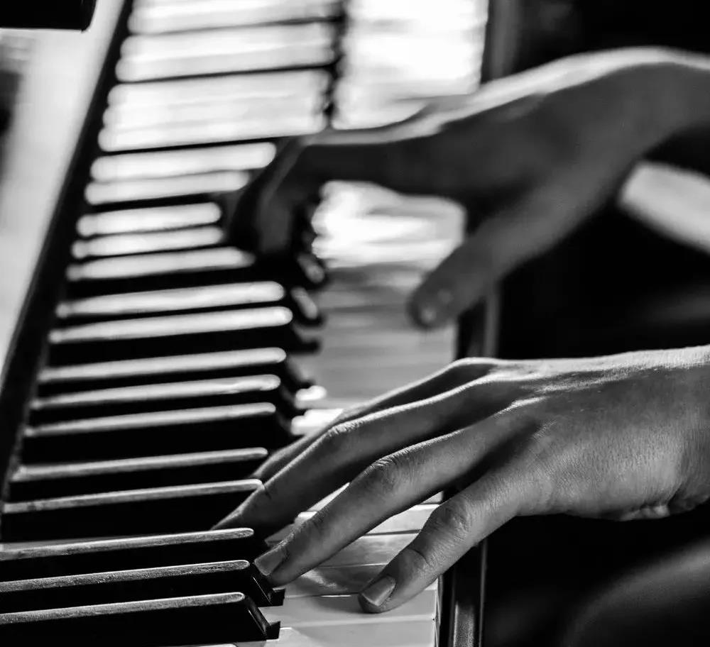 手指长更适合弹钢琴吗?