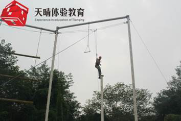 高空类拓展项目:高空单杠