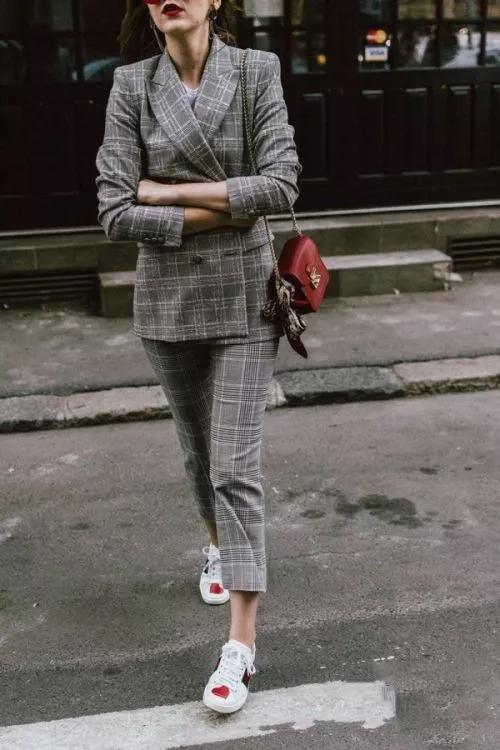 格纹西服套装搭配运动鞋,沉闷感不见了?
