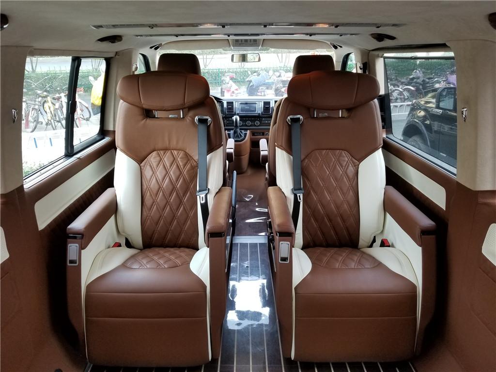 大众|凯路威棕色拼白商务车