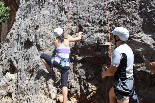 高空类拓展项目:野外攀岩