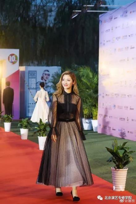 我院毕业生潘辰受邀助演第十届国际大学生时尚设计盛典