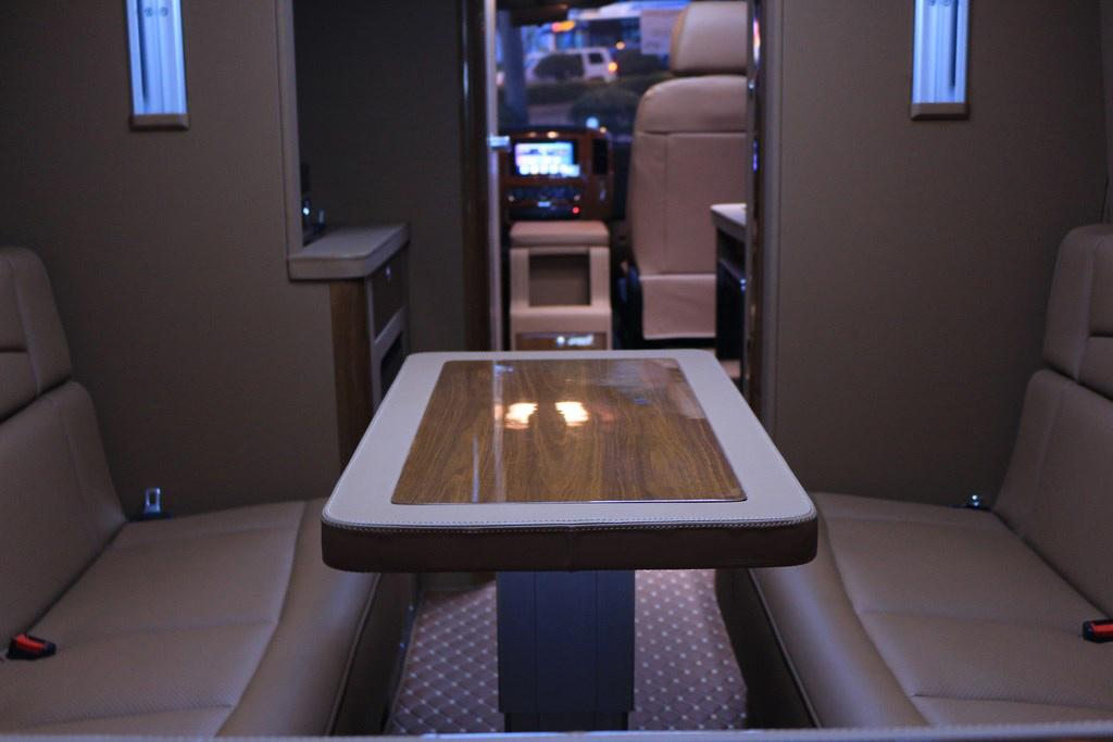 奔驰|斯宾特带床带卫生间环形沙发棕色内饰