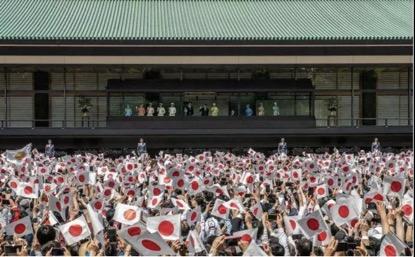 天皇德仁接受民众朝贺首日 14万民众涌进皇居