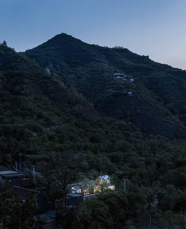 说明: https://oss.gooood.cn/uploads/2019/05/003-huasheshanjian-guest-house-china-by-upa-960x1181.jpg