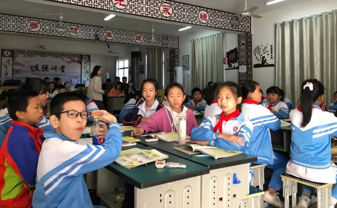 热烈欢迎南昌市教育装备专题调研组领导莅临麻丘中心小学英语口语训练教室参观指导