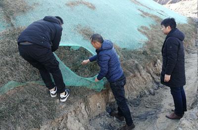 华美生态项目主要负责人组织查看内蒙矿山植被冬季生长状况