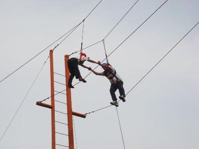 戶外高空拓展訓練項目:高空相依