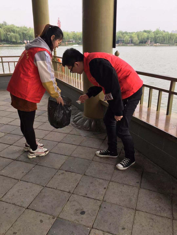 向祖国献礼--献血者在行进丨ManBetX体育青年开展捡垃圾倡环保活动