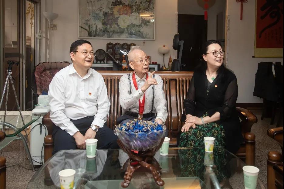 省国资委主任、党委副书记李成走访慰问广新集团老党员