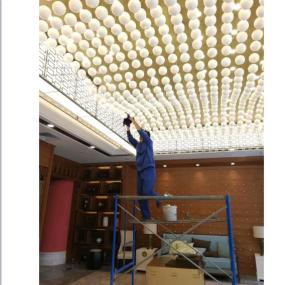 招商银行项目保洁人员清洁顶灯