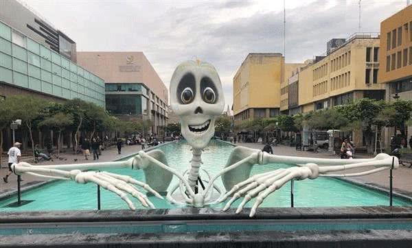 """这个骷髅有点""""暖"""",墨西哥灯节现3D打印4米大骷髅"""