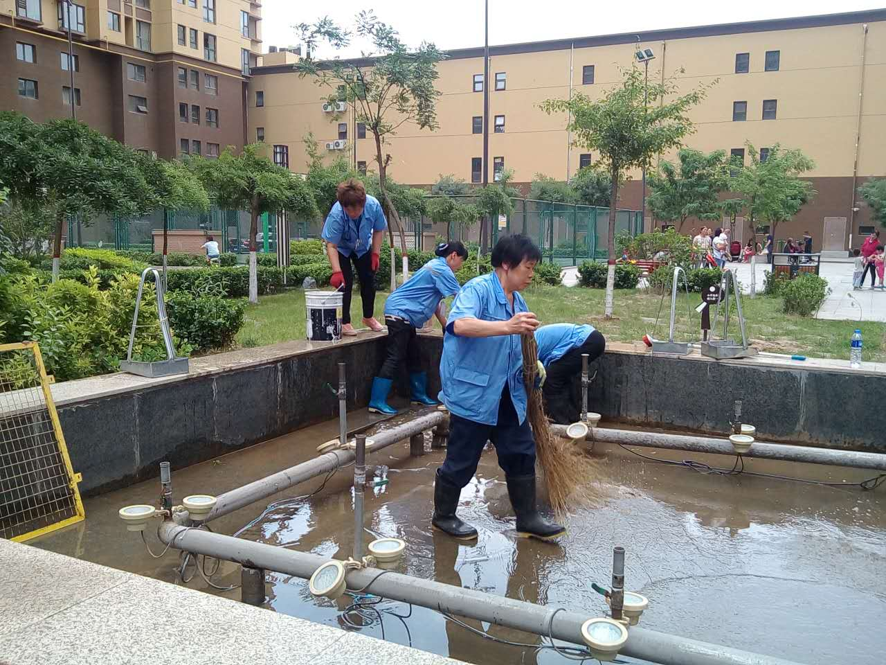 双西分公司保洁人员清洁水景区