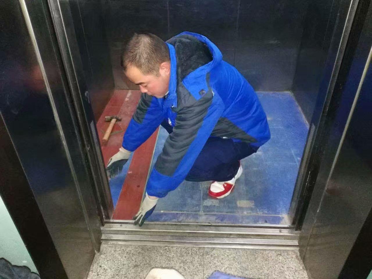 双西分公司铺电梯地面