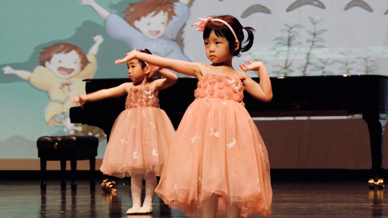 剧院表演儿童舞蹈《幸福家家有》