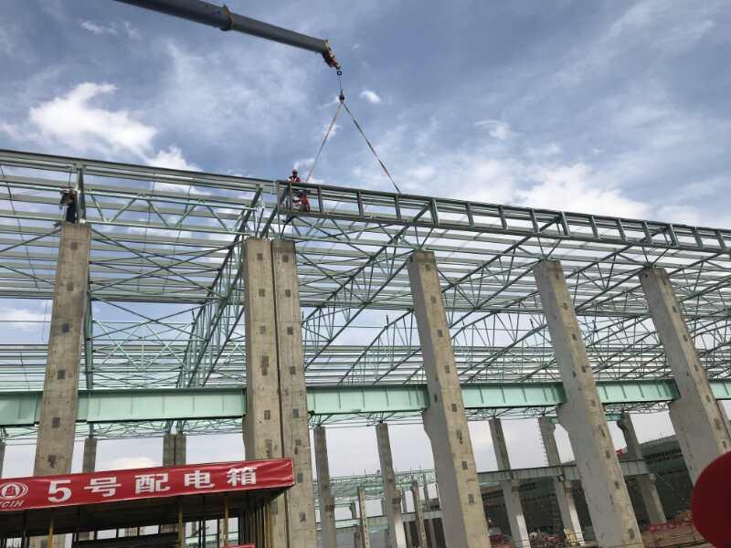 鹤庆铝厂60000平方米大跨度管桁架、25000平方米门式钢架及框架绿色低碳水电铝加工一体化标准厂房第一个施工节点火热收尾中