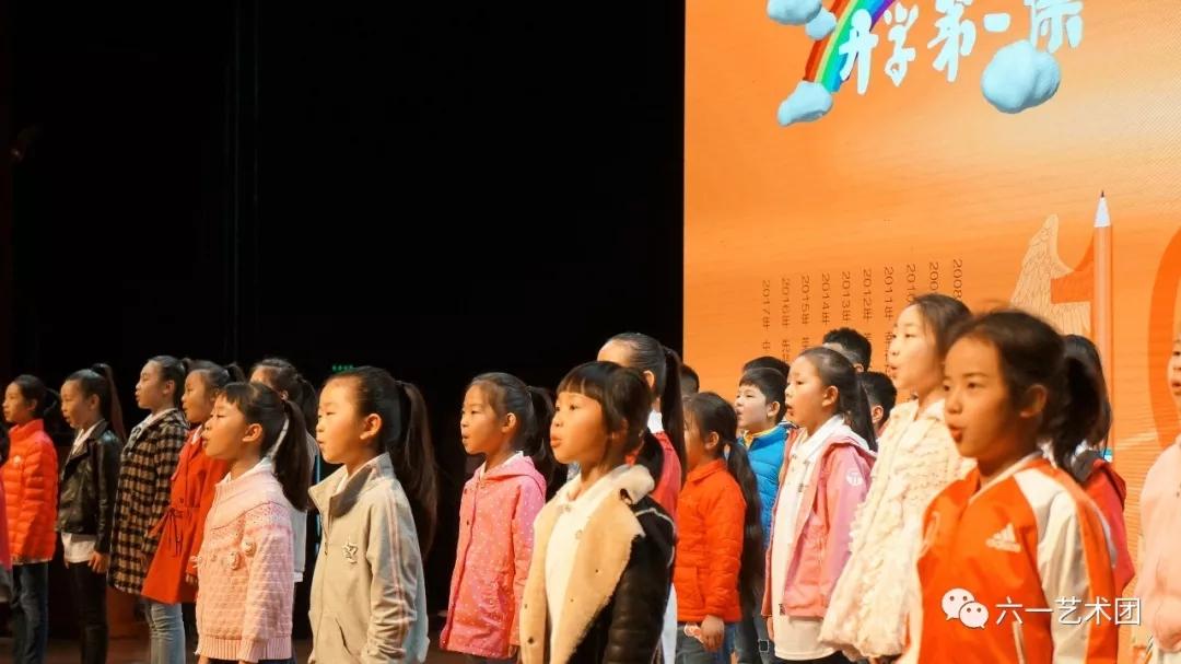 和撒贝宁哥哥一起为《开学第一课》庆祝生日——这档央视节目今年10周岁啦!