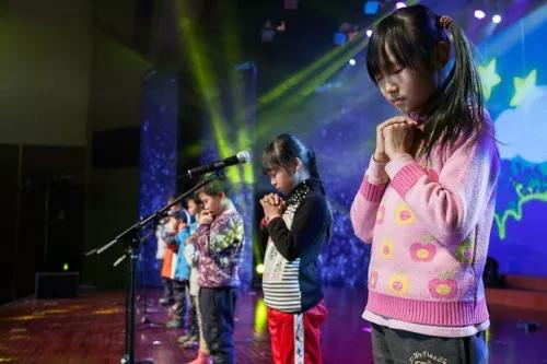 在这个夏天,让我们为困境儿童的音乐艺术机会而努力, 让我们用爱一同歌唱!