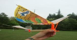 组装橡皮筋扑翼飞机