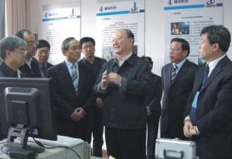 2008年,中国工程院院长徐匡迪等参 观我院科技成果展览