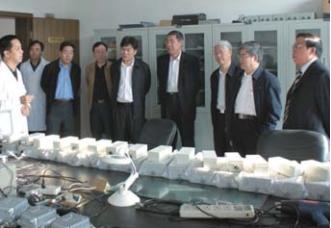 2008年,中国工程院邬贺铨副院长、武 汉市常务副市长袁善腊一行考察我院