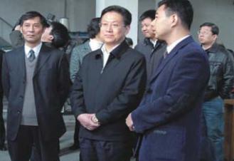 2008年,湖北省委副书记、武汉市委书 记杨松一行视察我院