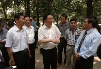 2011年,国家安全生产监督管理总局局 长骆琳、总工程师黄毅、湖北省人民政府副省长段轮一来我院调研指导工作