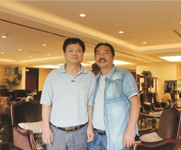 中国文物学会书画雕塑专业委员会会长刘人岛与沙石画创始人亲切合影