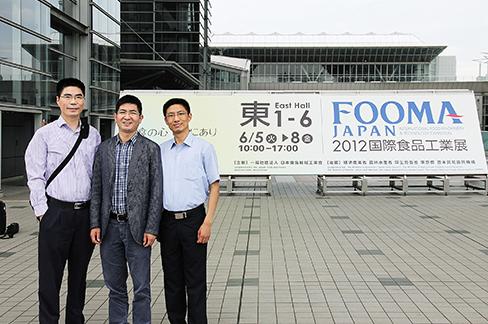 2012赖夏荣带领技术总监和销售部总监参观日本食品机械展