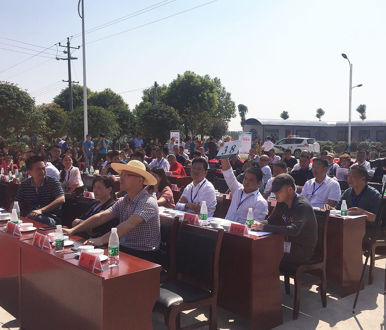 益阳市首届优质稻田间拍卖会在大通湖举行