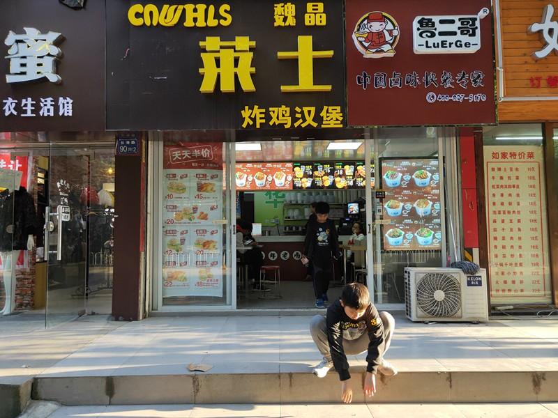长港路地铁站临街餐馆急转