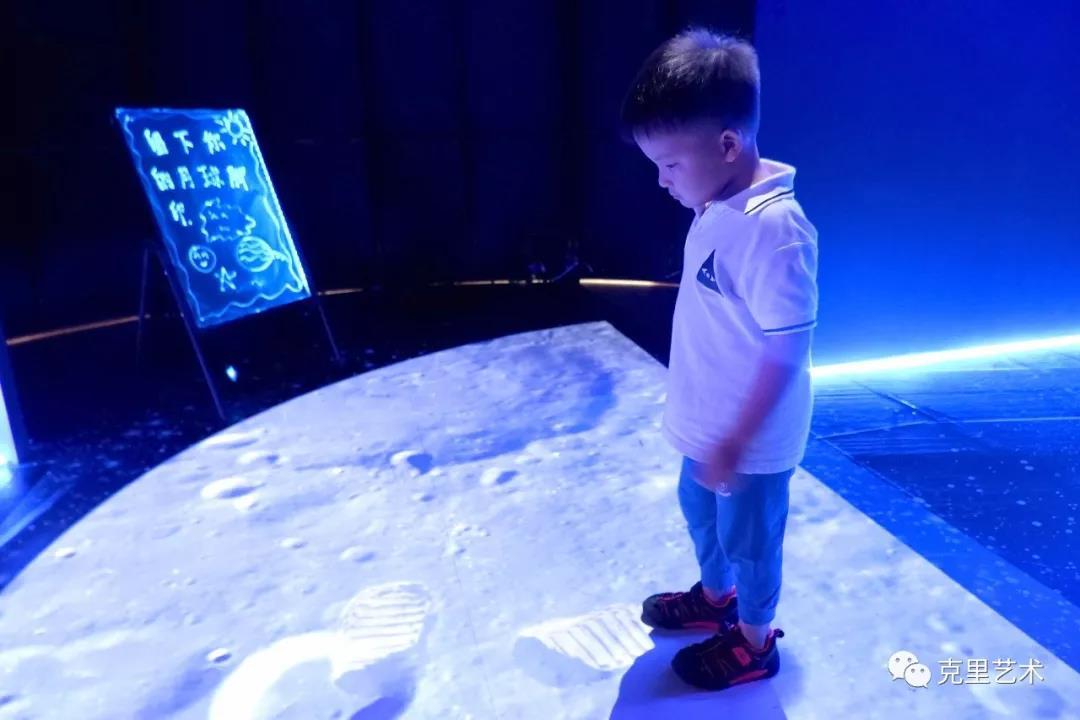 儿童到达月球