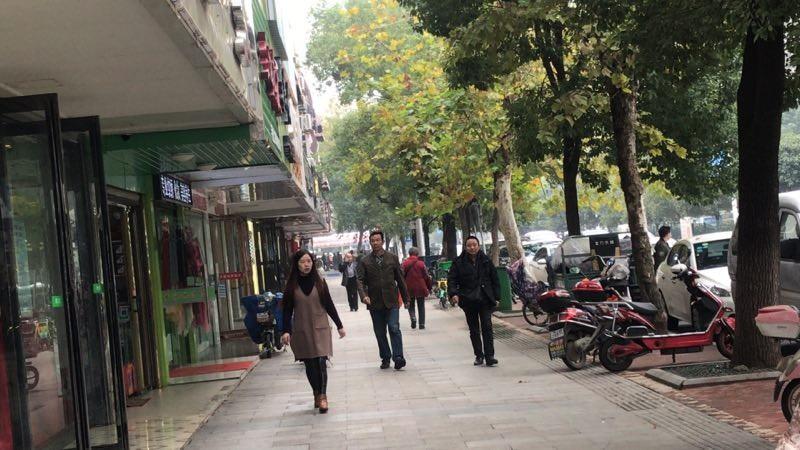 人流密集商业街广场临街门面急转