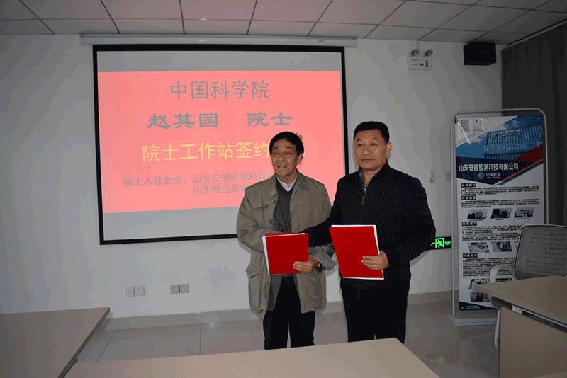 刘兆普教授、左总分别代表中科院赵其国院士、瑞德源集团签字