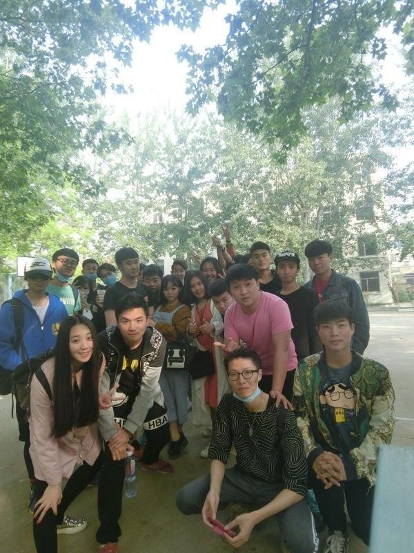 表演系学生外出参加《我们的传奇》拍摄