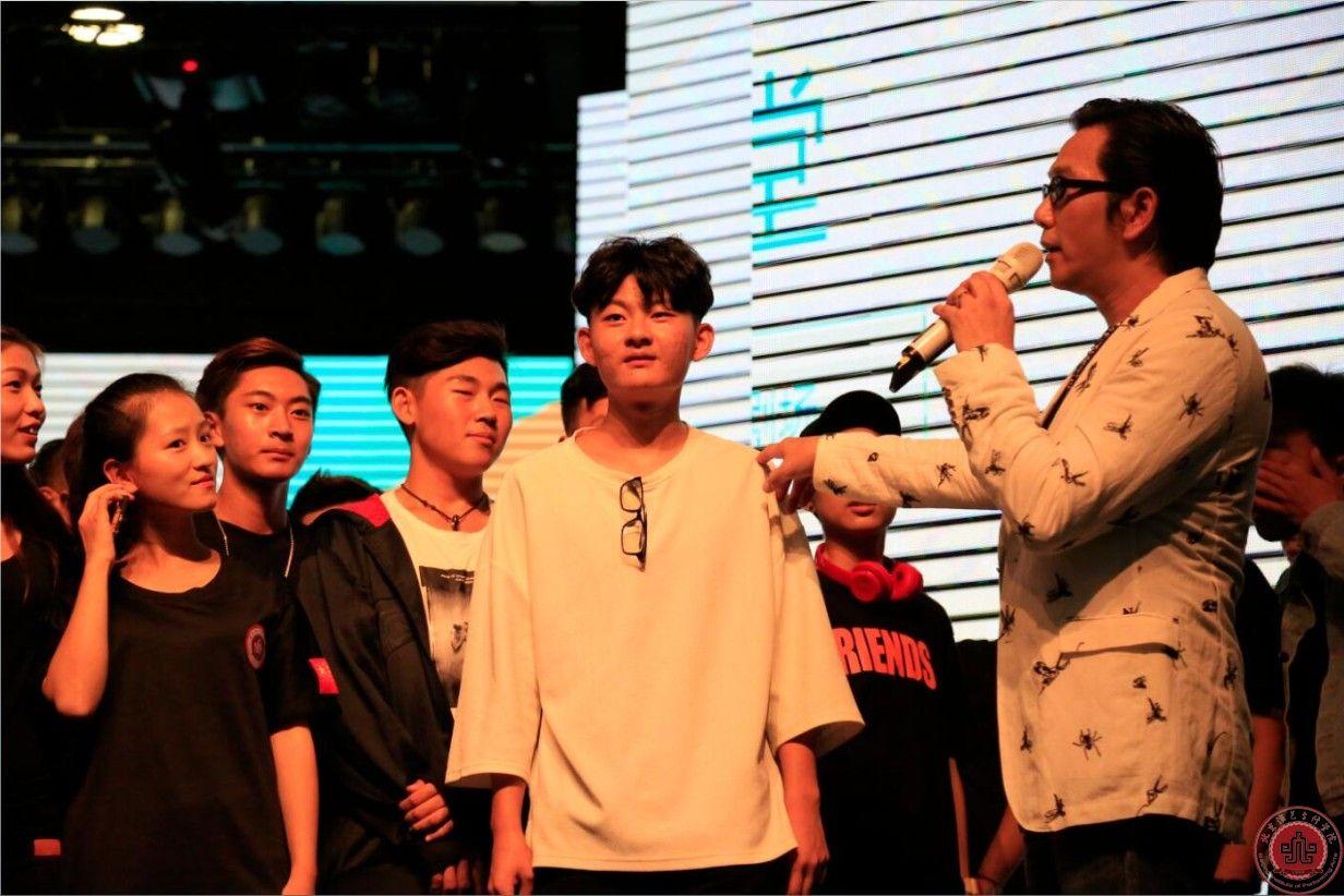 香港著名演员、歌手温兆伦被聘为万博官网首页APP客座教授