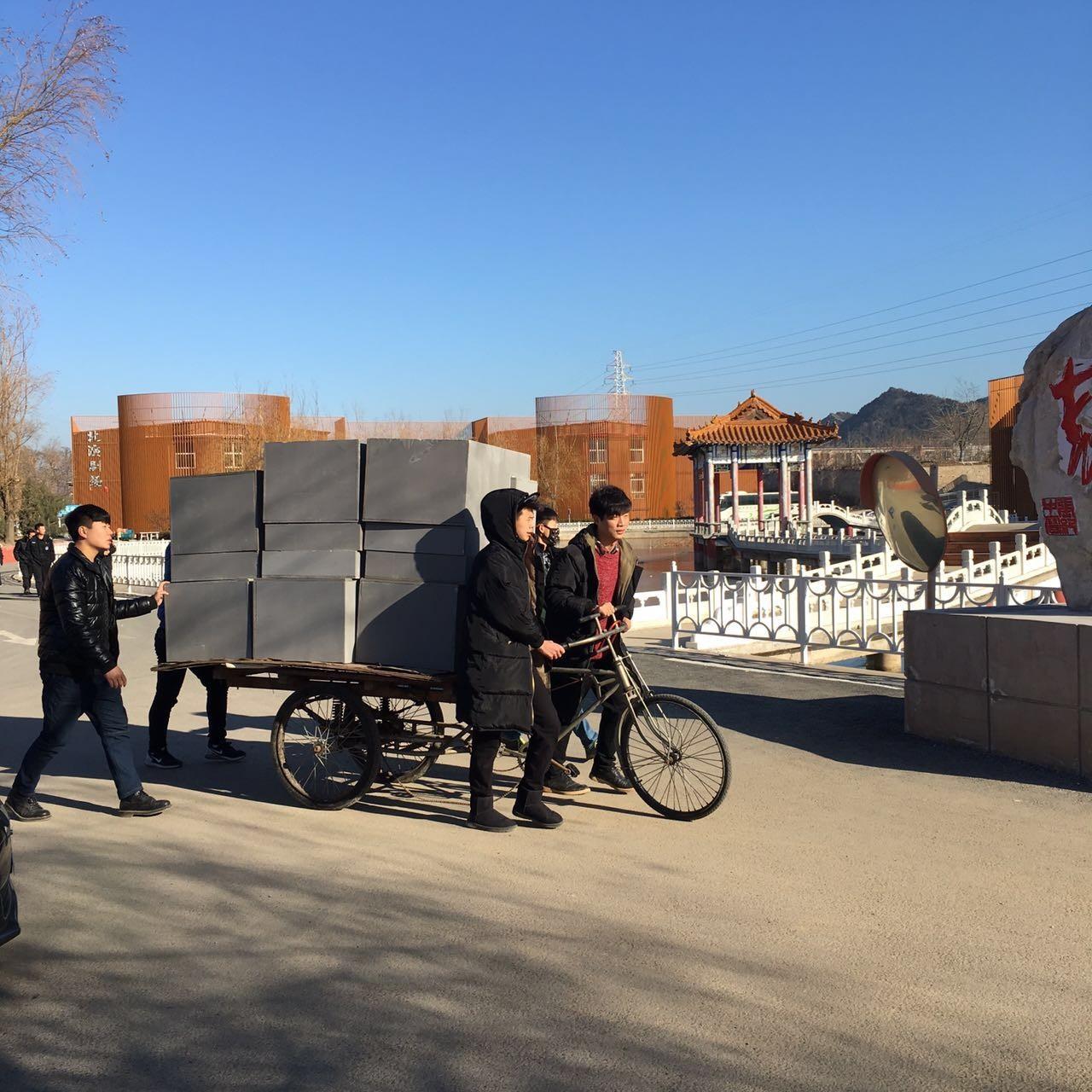 学生为迎接期末考试齐动手搬放道具