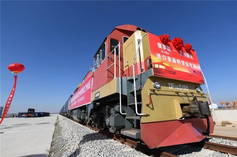甘肃省首列俄罗斯进口亚麻籽货运专列在甘肃国通专运线卸货