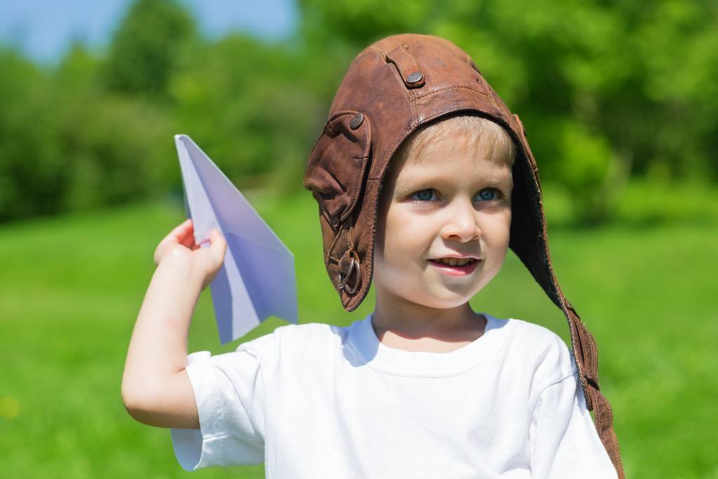 宝宝玩纸飞机