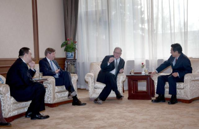 Zheng Wantong, Vice-Chairman of the 11th National Committee of CPPCC and President of CICPMC Meets with Chad Holiday, Chairman-elect of Royal Dutch Shell